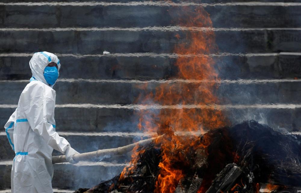 Sau Ấn Độ, Nepal hỏa thiêu nạn nhân COVID-19 ngoài trời - ảnh 5