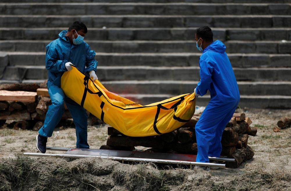 Sau Ấn Độ, Nepal hỏa thiêu nạn nhân COVID-19 ngoài trời - ảnh 6