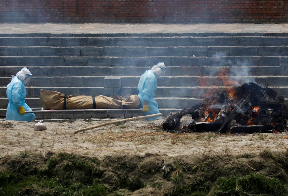 Sau Ấn Độ, Nepal hỏa thiêu nạn nhân COVID-19 ngoài trời - ảnh 7