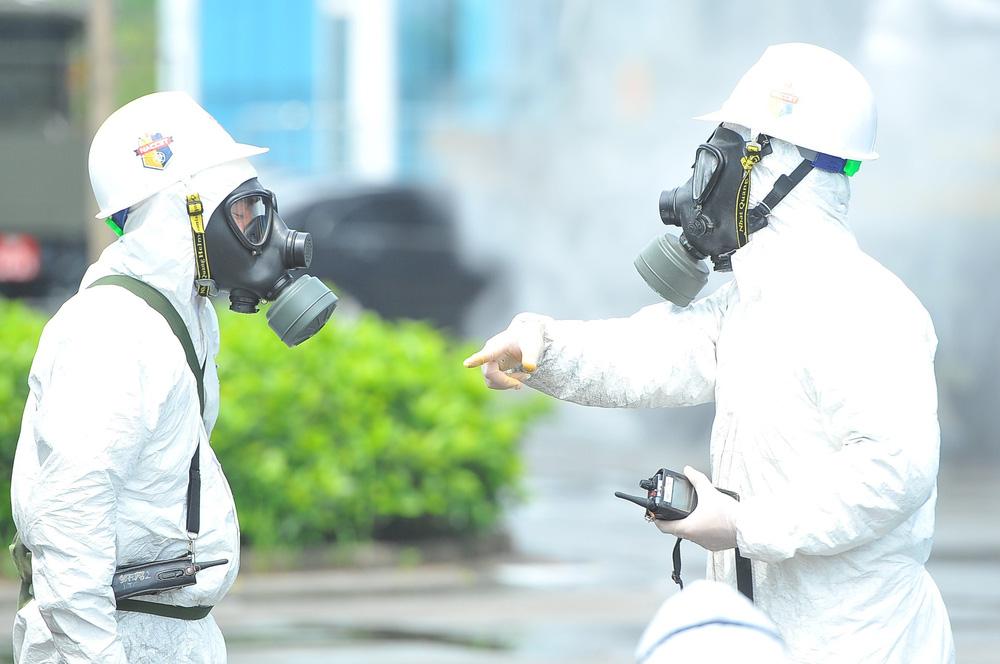 Binh chủng Hóa học phun khử trùng tiêu độc tại Bệnh viện Bệnh nhiệt đới Trung ương cơ sở 2 - Ảnh 19.