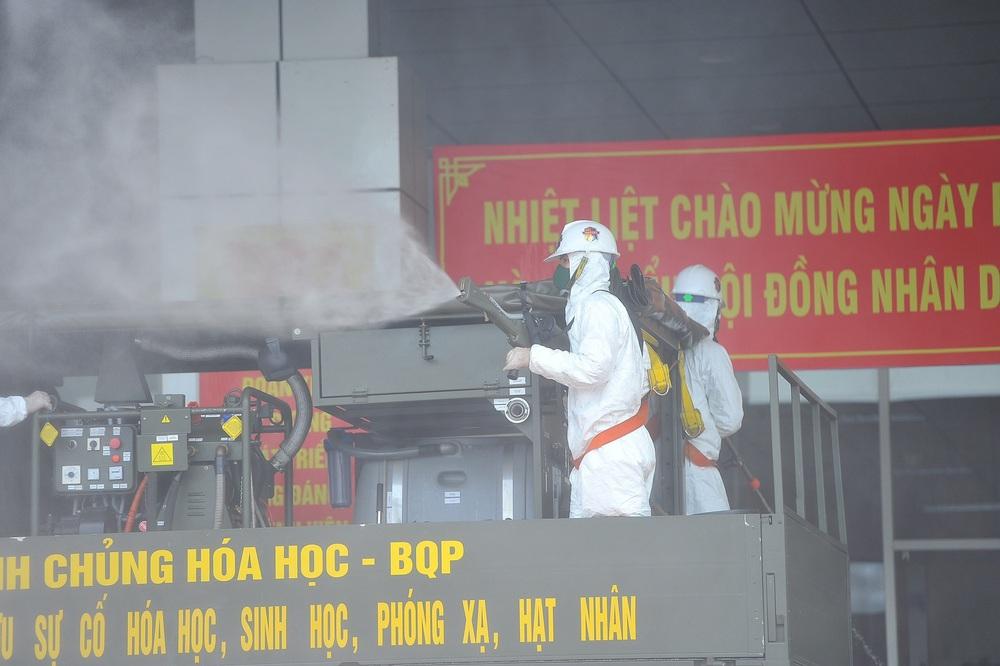 Binh chủng Hóa học phun khử trùng tiêu độc tại Bệnh viện Bệnh nhiệt đới Trung ương cơ sở 2 - Ảnh 10.