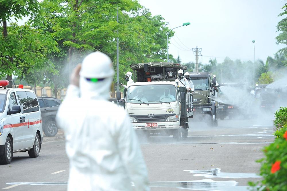 Binh chủng Hóa học phun khử trùng tiêu độc tại Bệnh viện Bệnh nhiệt đới Trung ương cơ sở 2 - Ảnh 9.