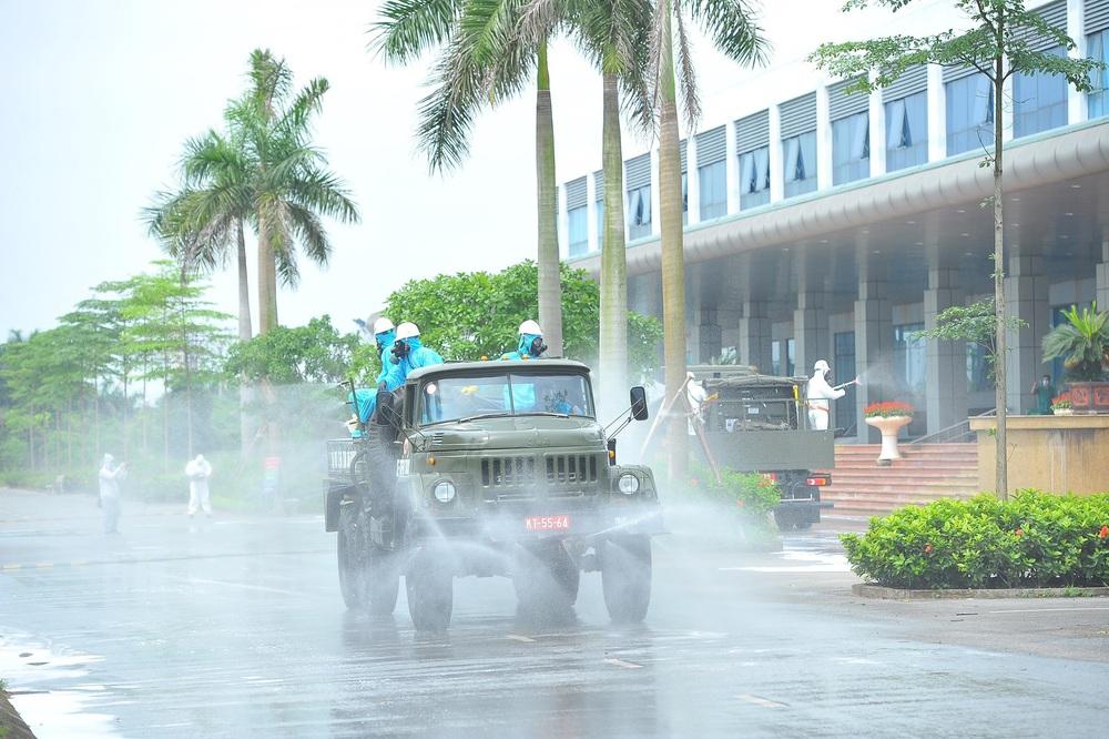 Binh chủng Hóa học phun khử trùng tiêu độc tại Bệnh viện Bệnh nhiệt đới Trung ương cơ sở 2 - Ảnh 8.