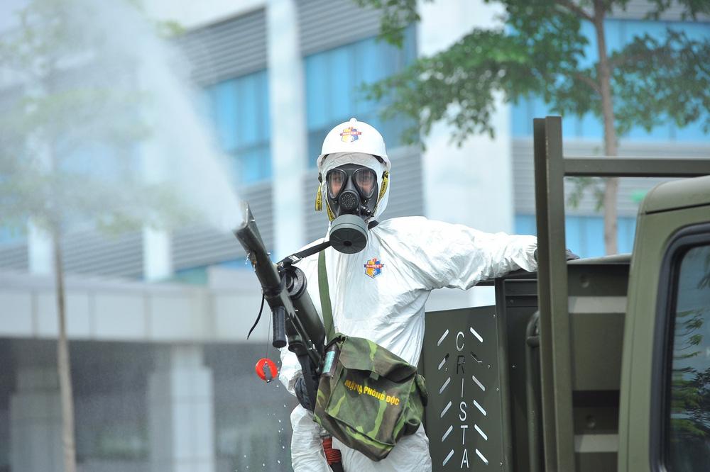Binh chủng Hóa học phun khử trùng tiêu độc tại Bệnh viện Bệnh nhiệt đới Trung ương cơ sở 2 - Ảnh 7.