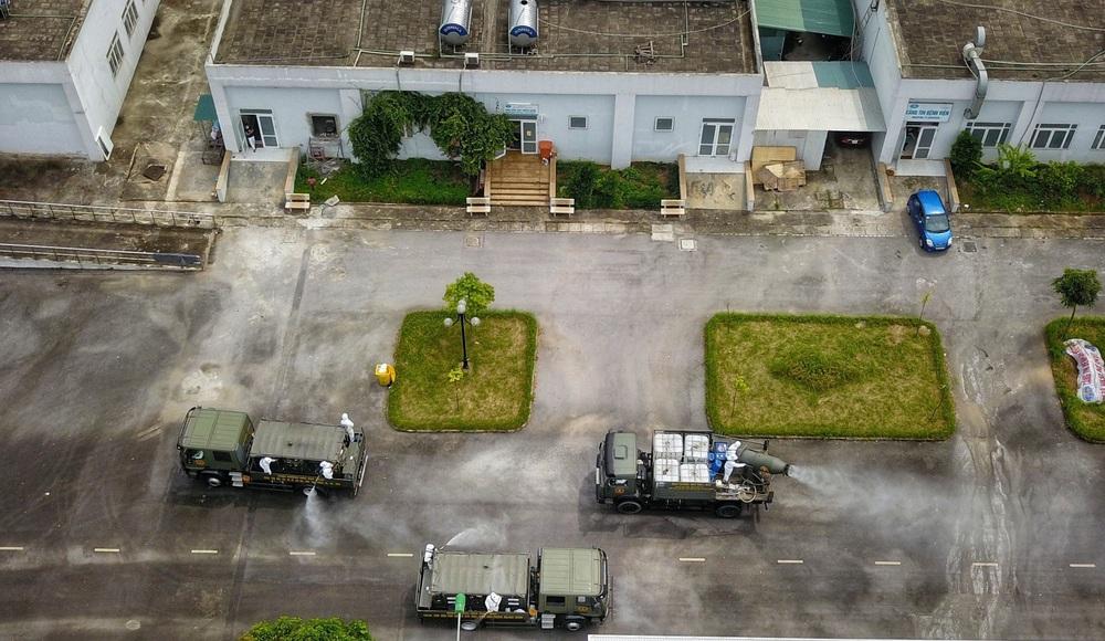 Binh chủng Hóa học phun khử trùng tiêu độc tại Bệnh viện Bệnh nhiệt đới Trung ương cơ sở 2 - Ảnh 6.