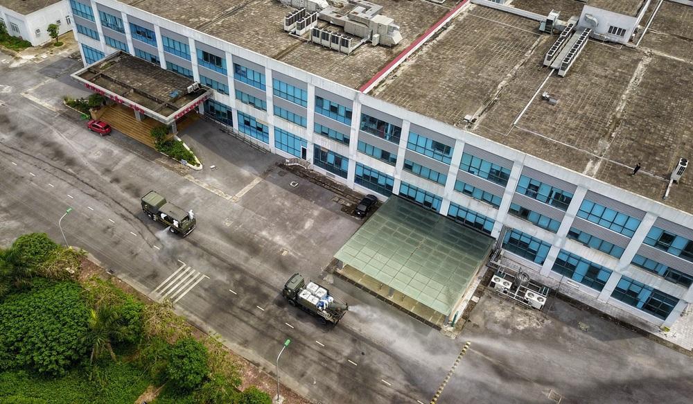 Binh chủng Hóa học phun khử trùng tiêu độc tại Bệnh viện Bệnh nhiệt đới Trung ương cơ sở 2 - Ảnh 4.