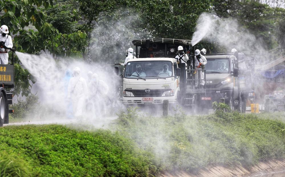 Binh chủng Hóa học phun khử trùng tiêu độc tại Bệnh viện Bệnh nhiệt đới Trung ương cơ sở 2 - Ảnh 2.