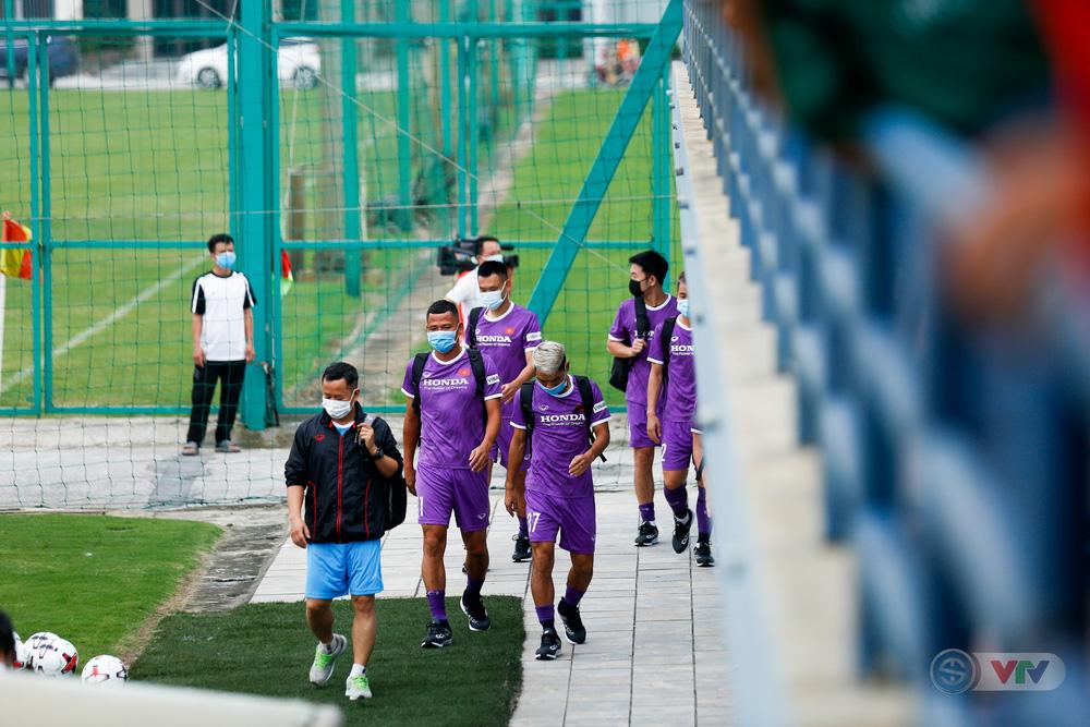ĐT Việt Nam tập buổi đầu tiên chuẩn bị vòng loại World Cup 2022: Diện mạo mới từ những bộ trang phục - Ảnh 1.