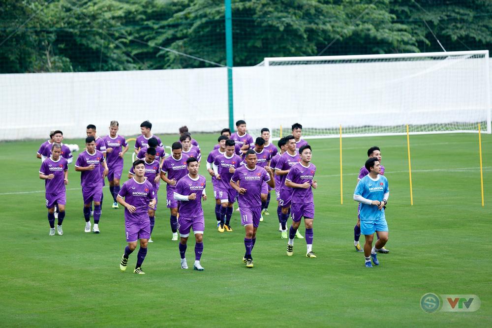 ĐT Việt Nam tập buổi đầu tiên chuẩn bị vòng loại World Cup 2022: Diện mạo mới từ những bộ trang phục - Ảnh 5.