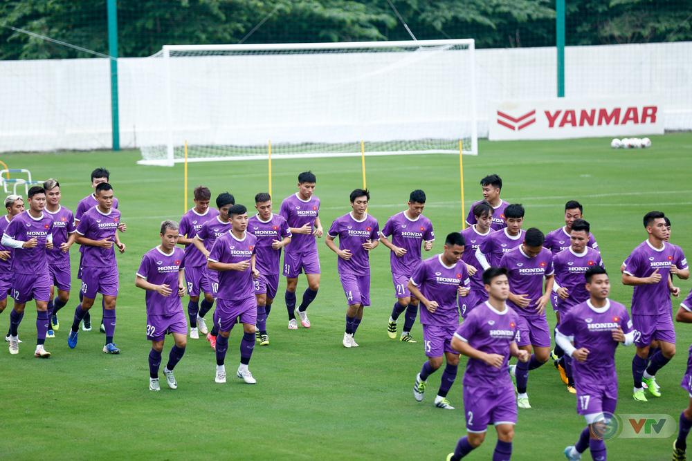 ĐT Việt Nam tập buổi đầu tiên chuẩn bị vòng loại World Cup 2022: Diện mạo mới từ những bộ trang phục - Ảnh 4.
