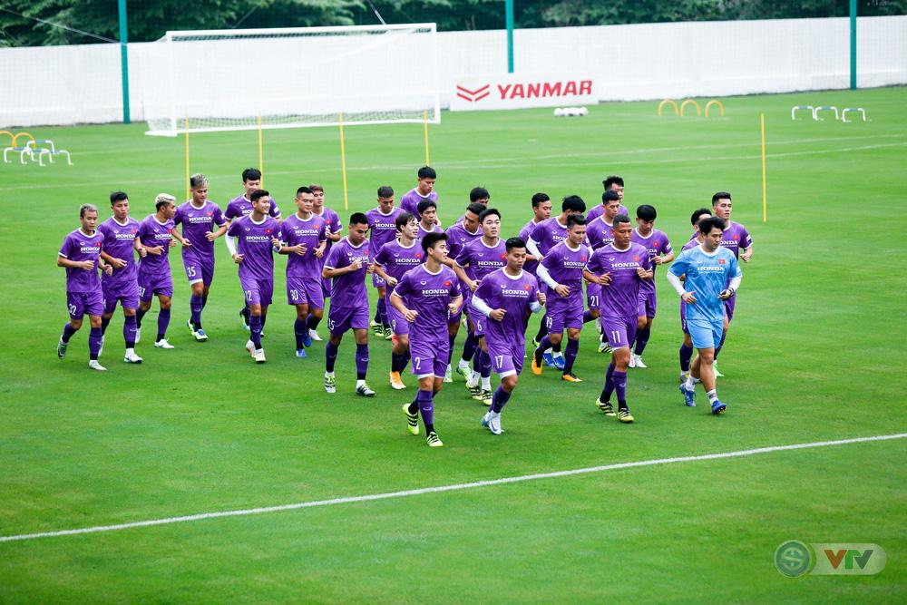 ĐT Việt Nam tập buổi đầu tiên chuẩn bị vòng loại World Cup 2022: Diện mạo mới từ những bộ trang phục - Ảnh 7.