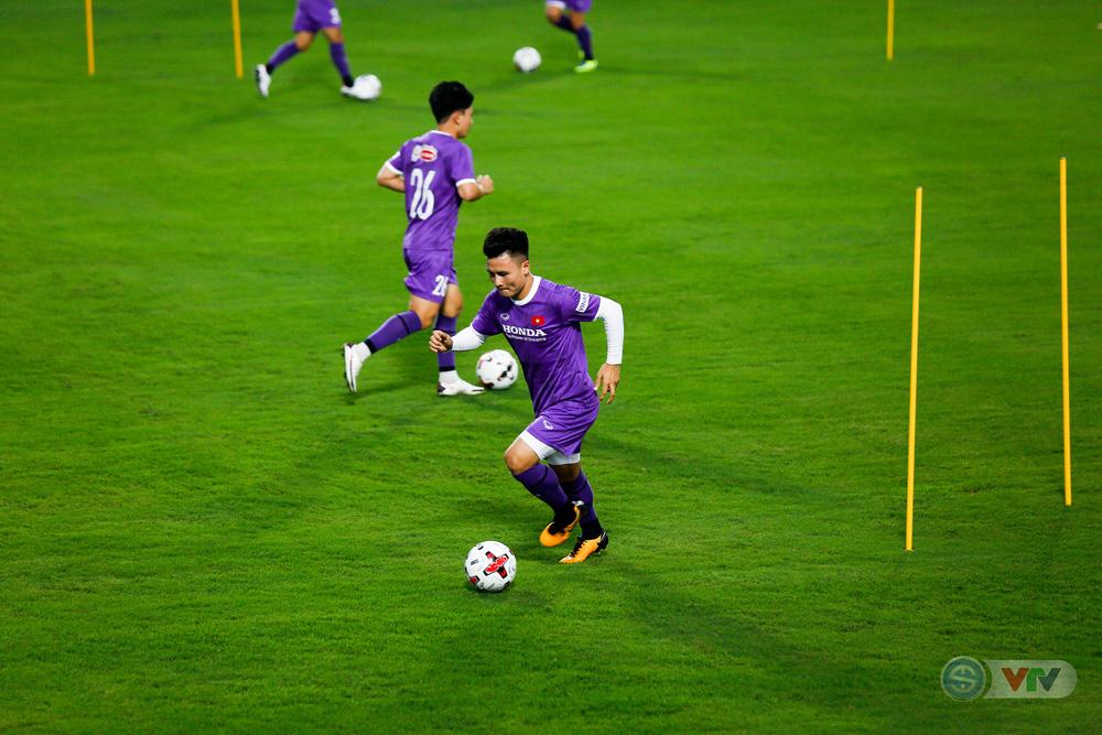 ĐT Việt Nam tập buổi đầu tiên chuẩn bị vòng loại World Cup 2022: Diện mạo mới từ những bộ trang phục - Ảnh 17.