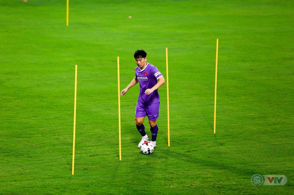 ĐT Việt Nam tập buổi đầu tiên chuẩn bị vòng loại World Cup 2022: Diện mạo mới từ những bộ trang phục - Ảnh 15.