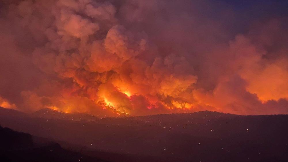 Chảo lửa kỷ lục thiêu đốt miền tây nước Mỹ, nhà máy điện lần đầu đóng cửa trong 50 năm - ảnh 9