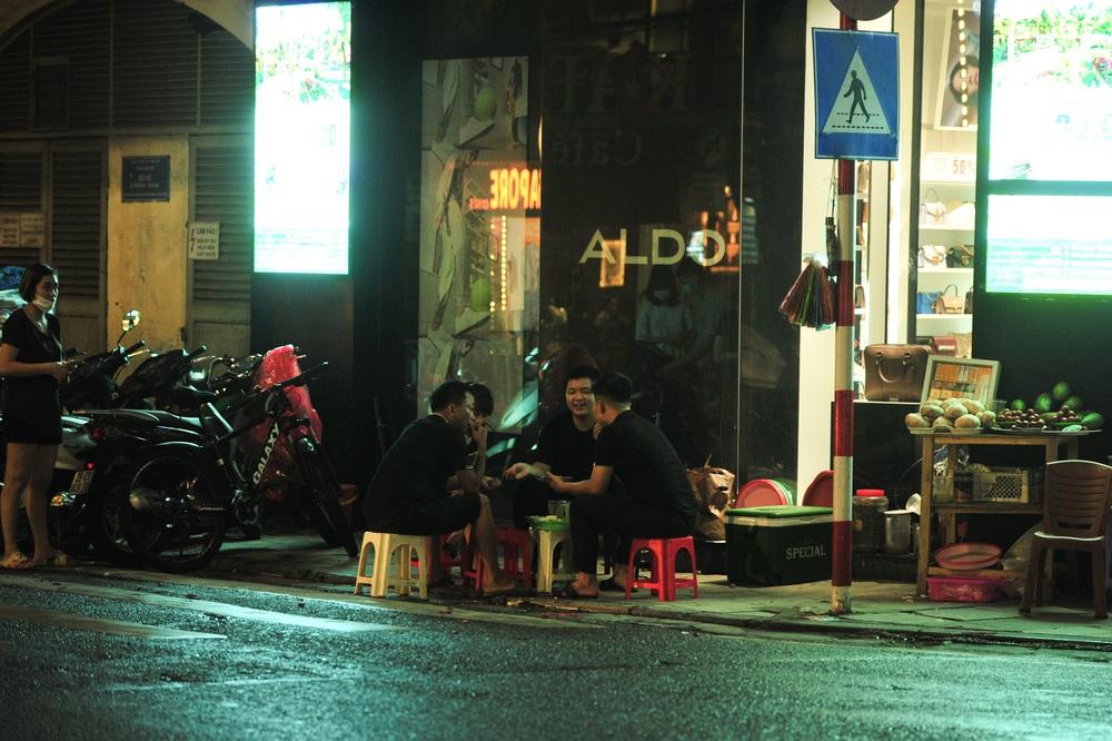 Quán nước vỉa hè ở Hà Nội đông đúc sau lệnh nới lỏng - Ảnh 8.