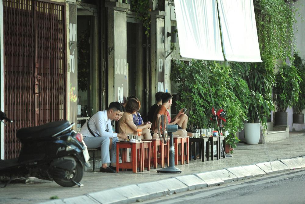 Quán nước vỉa hè ở Hà Nội đông đúc sau lệnh nới lỏng - Ảnh 2.