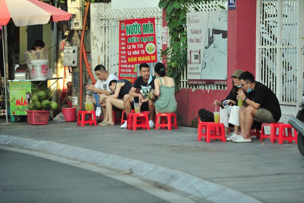 Quán nước vỉa hè ở Hà Nội đông đúc sau lệnh nới lỏng - Ảnh 1.