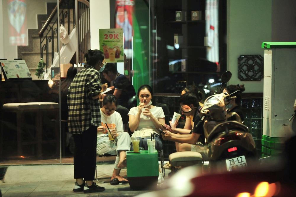 Quán nước vỉa hè ở Hà Nội đông đúc sau lệnh nới lỏng - Ảnh 5.
