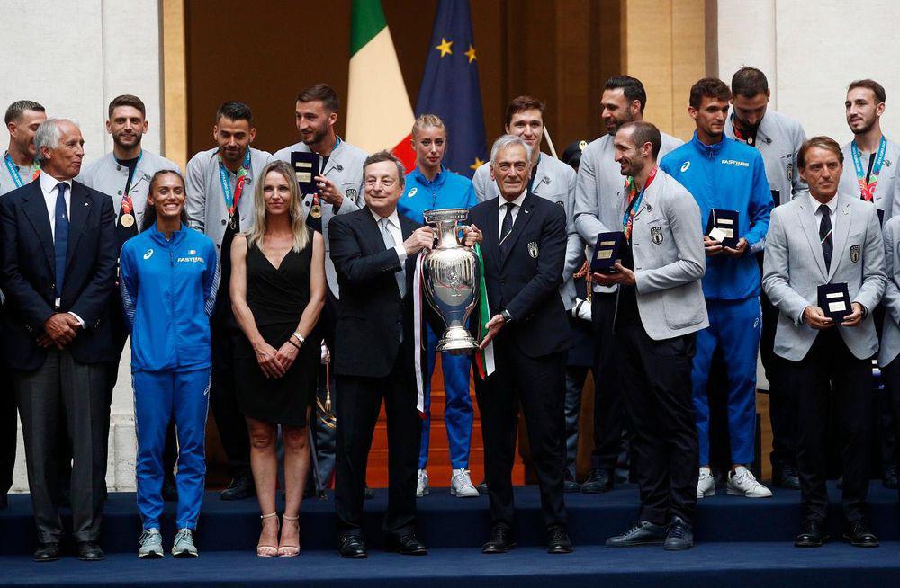 Chùm ảnh: Lễ ăn mừng hoành tráng của ĐT Italia tại Rome - Ảnh 7.