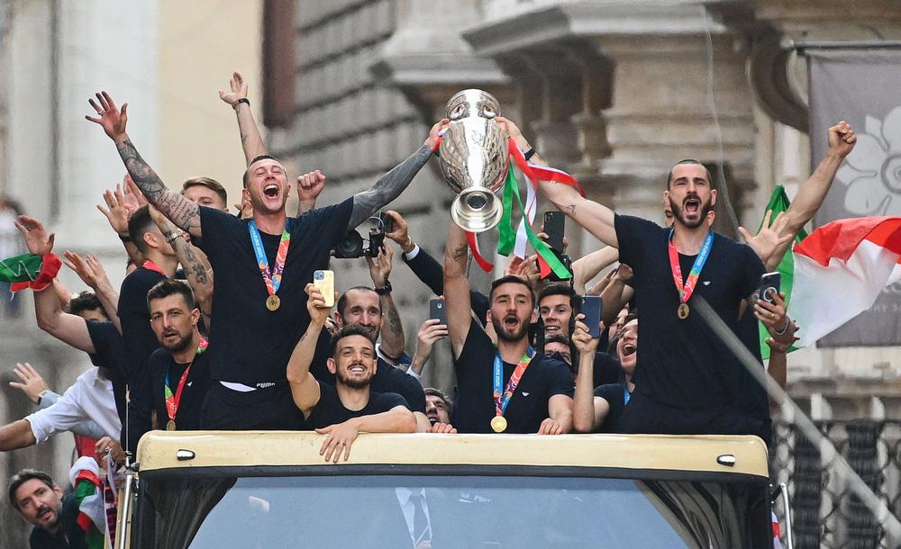 Chùm ảnh: Lễ ăn mừng hoành tráng của ĐT Italia tại Rome - Ảnh 11.