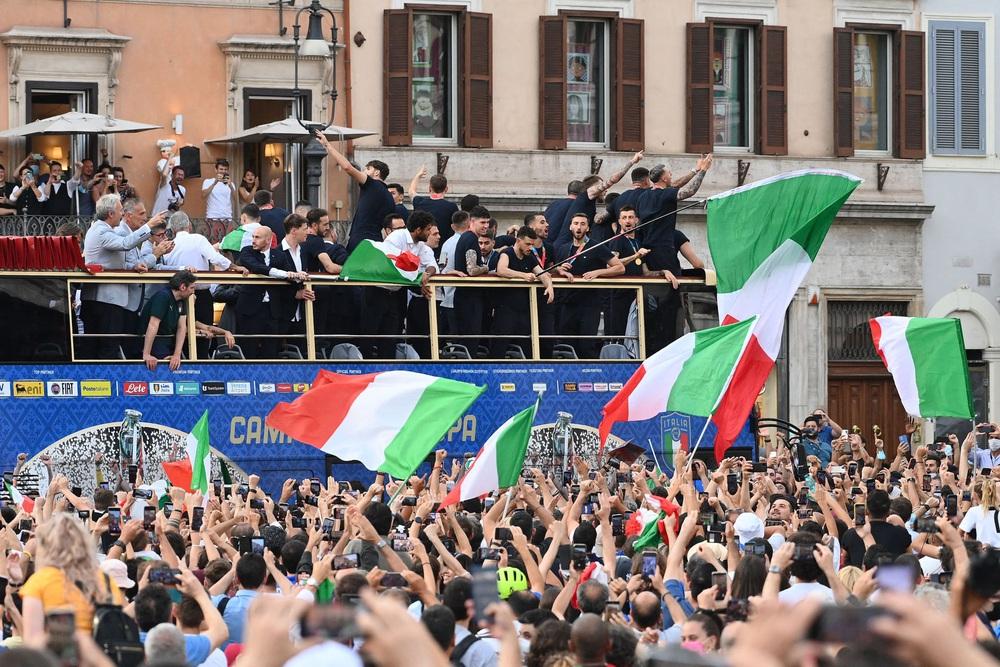 Chùm ảnh: Lễ ăn mừng hoành tráng của ĐT Italia tại Rome - Ảnh 10.