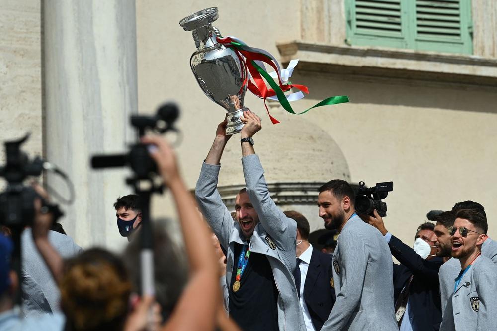 Chùm ảnh: Lễ ăn mừng hoành tráng của ĐT Italia tại Rome - Ảnh 4.