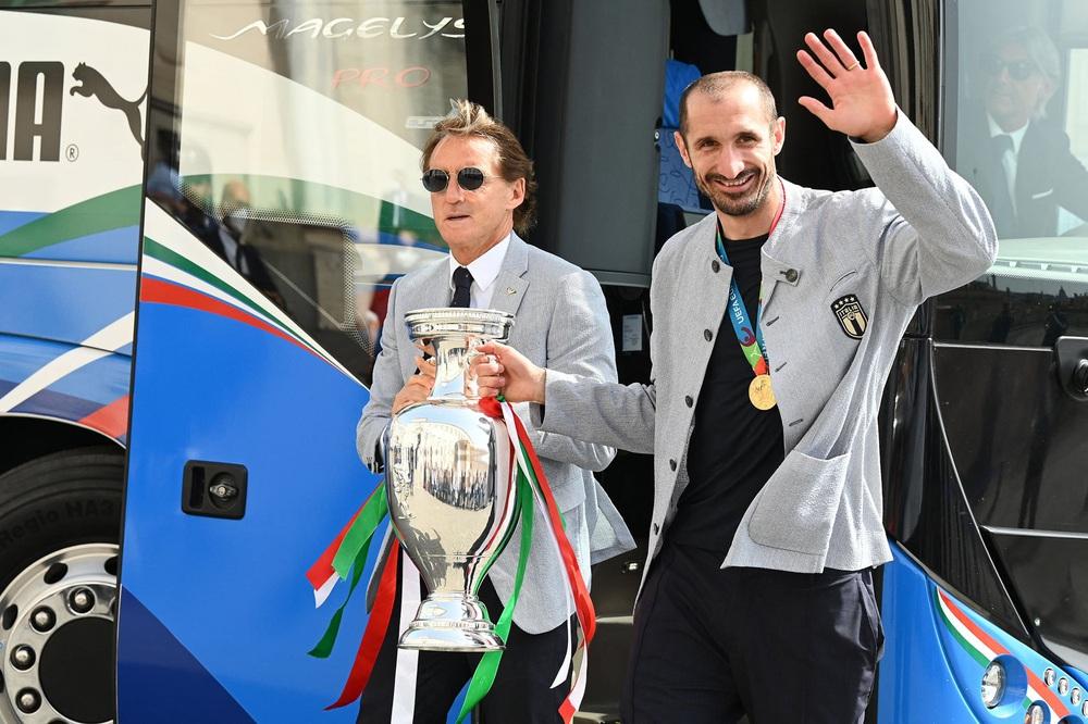 Chùm ảnh: Lễ ăn mừng hoành tráng của ĐT Italia tại Rome - Ảnh 3.