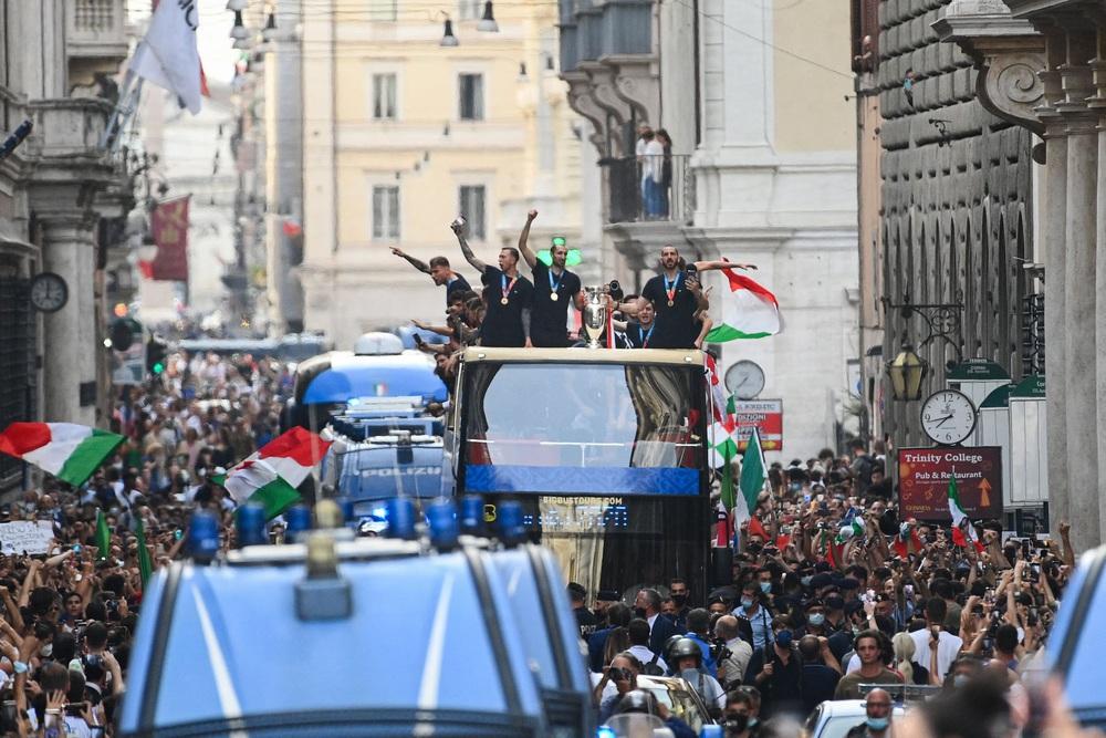 Chùm ảnh: Lễ ăn mừng hoành tráng của ĐT Italia tại Rome - Ảnh 9.