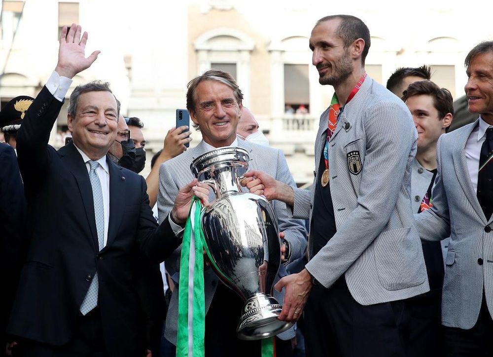 Chùm ảnh: Lễ ăn mừng hoành tráng của ĐT Italia tại Rome - Ảnh 6.