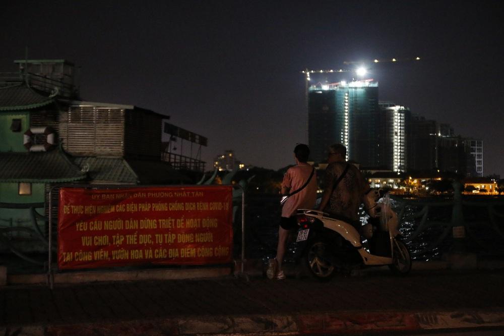 Hà Nội: Nhiều người dân bất chấp lệnh cấm  vẫn tụ tập hóng mát trên cầu, bờ hồ - Ảnh 5.