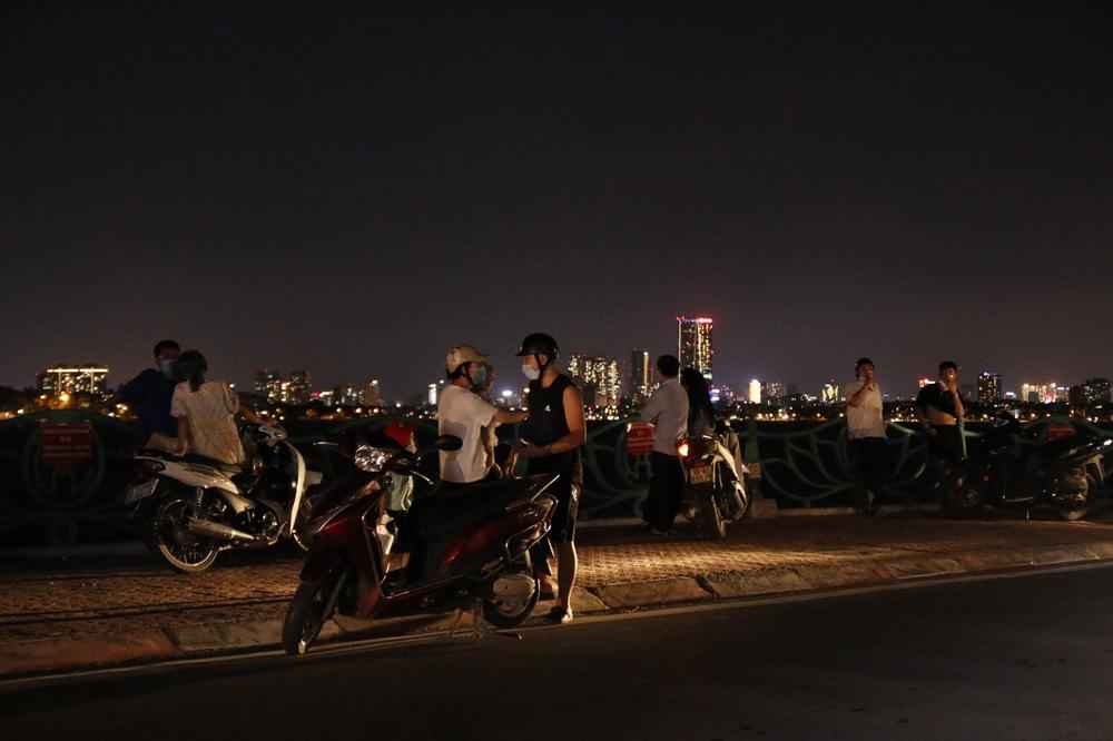 Hà Nội: Nhiều người dân bất chấp lệnh cấm  vẫn tụ tập hóng mát trên cầu, bờ hồ - Ảnh 6.