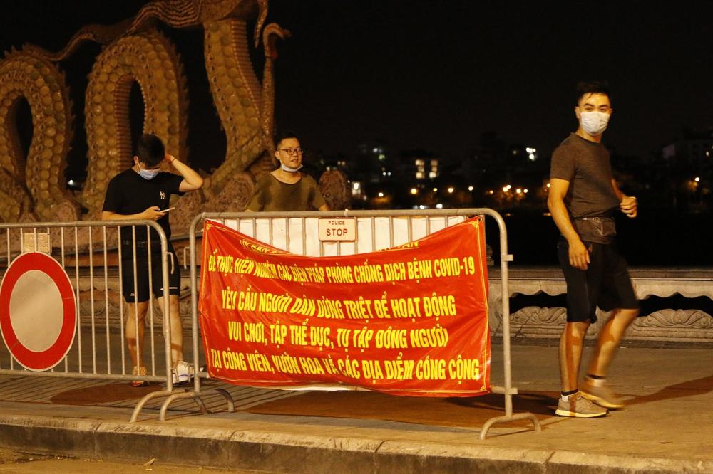Hà Nội: Nhiều người dân bất chấp lệnh cấm  vẫn tụ tập hóng mát trên cầu, bờ hồ - Ảnh 3.