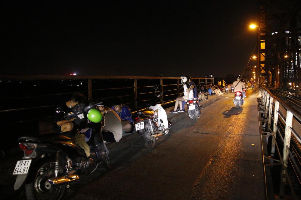 Hà Nội: Nhiều người dân bất chấp lệnh cấm  vẫn tụ tập hóng mát trên cầu, bờ hồ - Ảnh 1.