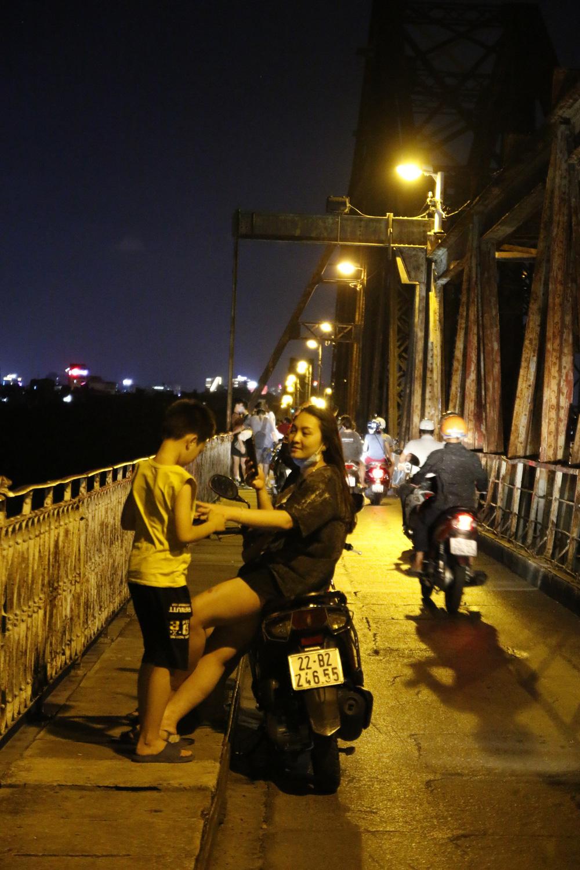 Hà Nội: Nhiều người dân bất chấp lệnh cấm  vẫn tụ tập hóng mát trên cầu, bờ hồ - Ảnh 2.