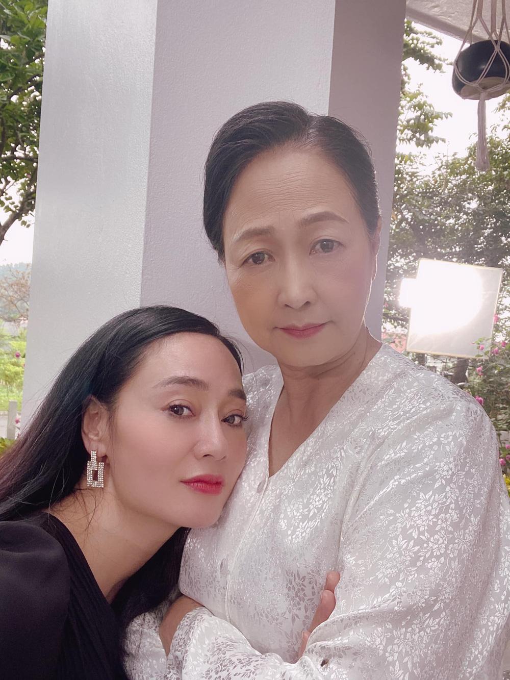 Hương vị tình thân: Bị ném đá trên phim nhưng bà Xuân cực đáng yêu ở hậu trường - Ảnh 8.