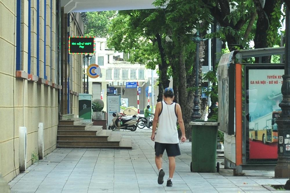 Hà Nội ngày đầu giãn cách xã hội: Đông người tập trung mua thực phẩm - Ảnh 15.