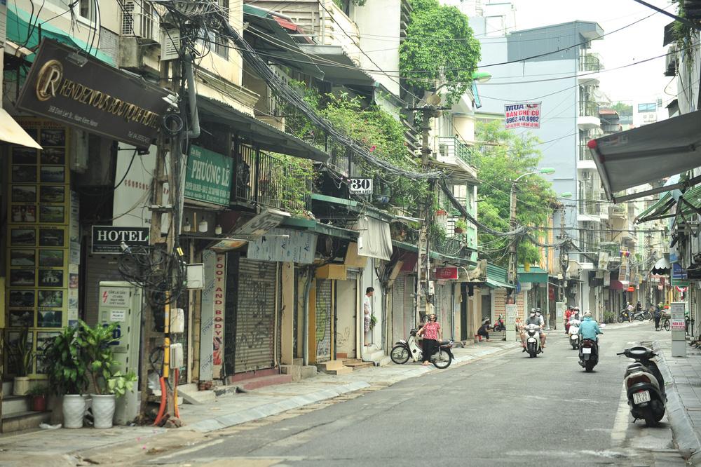Hà Nội ngày đầu giãn cách xã hội: Đông người tập trung mua thực phẩm - Ảnh 13.