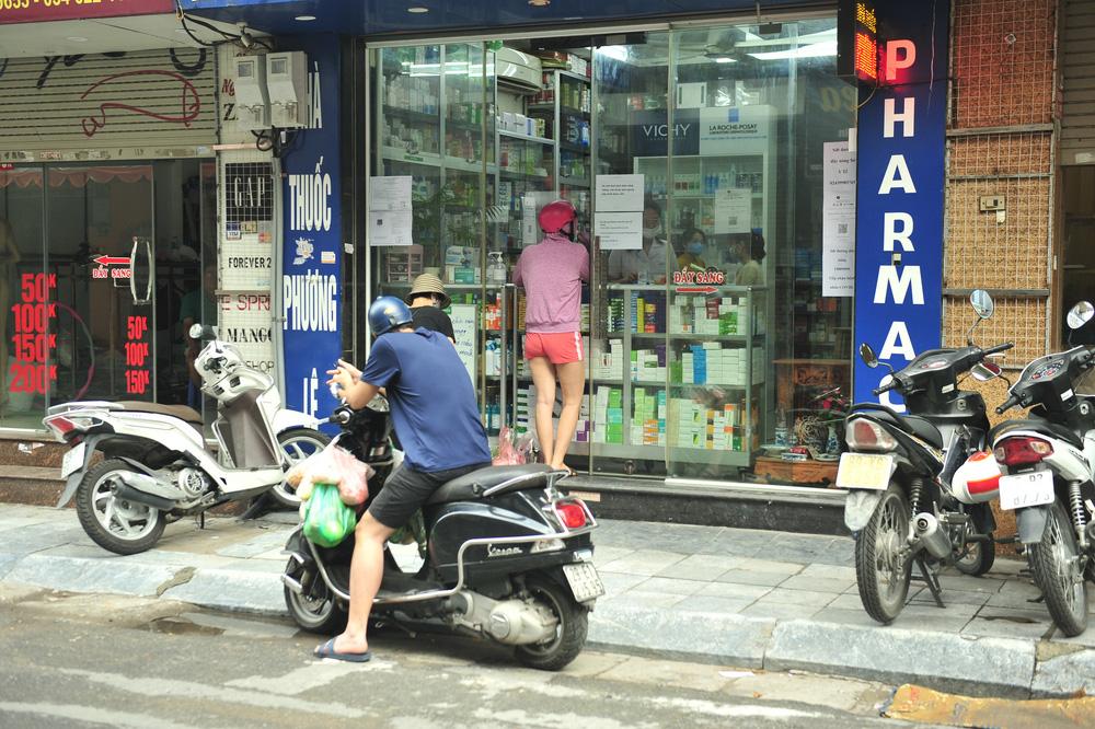 Hà Nội ngày đầu giãn cách xã hội: Đông người tập trung mua thực phẩm - Ảnh 11.