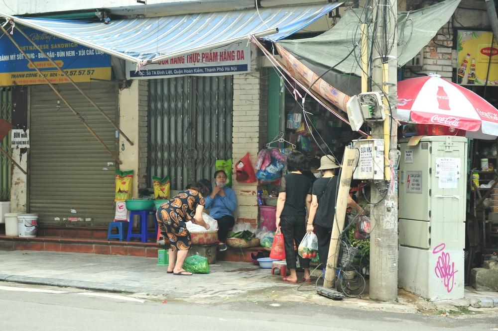 Hà Nội ngày đầu giãn cách xã hội: Đông người tập trung mua thực phẩm - Ảnh 4.