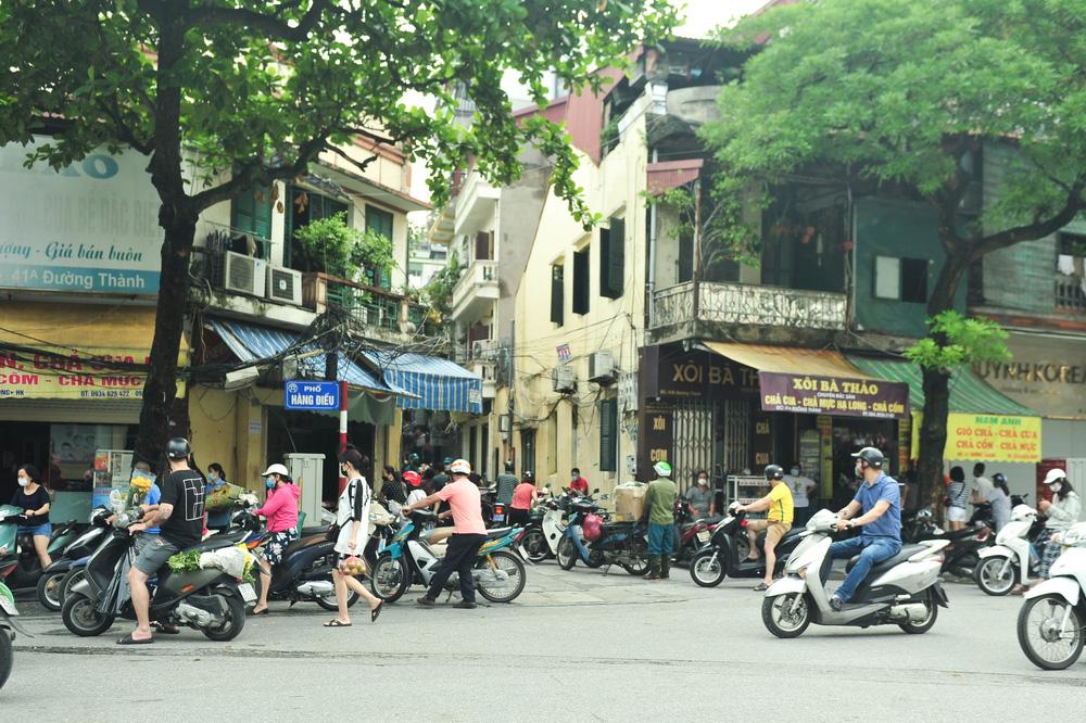 Hà Nội ngày đầu giãn cách xã hội: Đông người tập trung mua thực phẩm - Ảnh 1.
