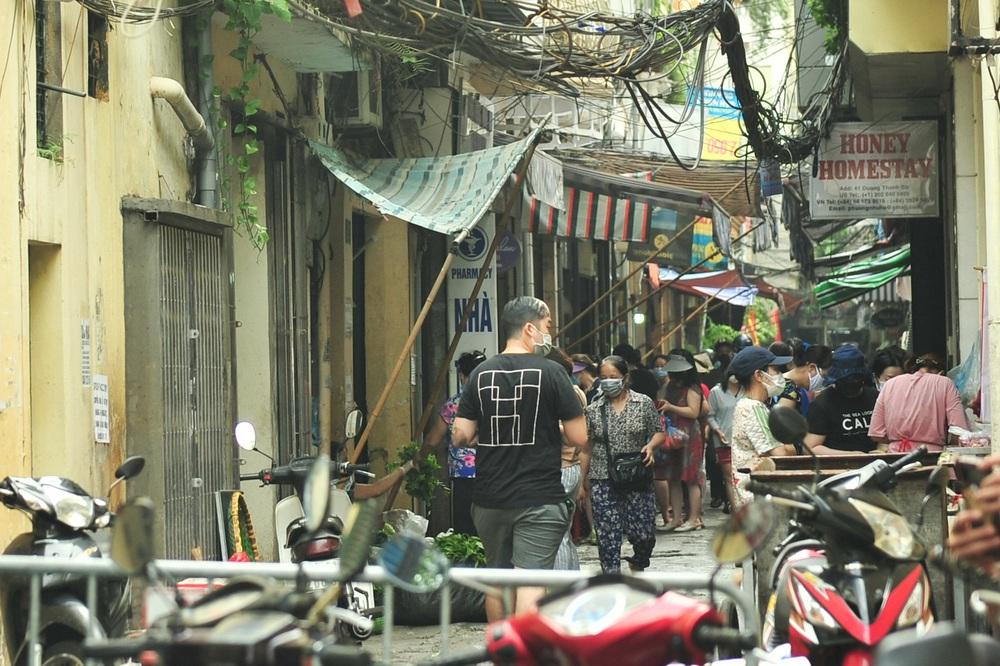 Hà Nội ngày đầu giãn cách xã hội: Đông người tập trung mua thực phẩm - Ảnh 2.