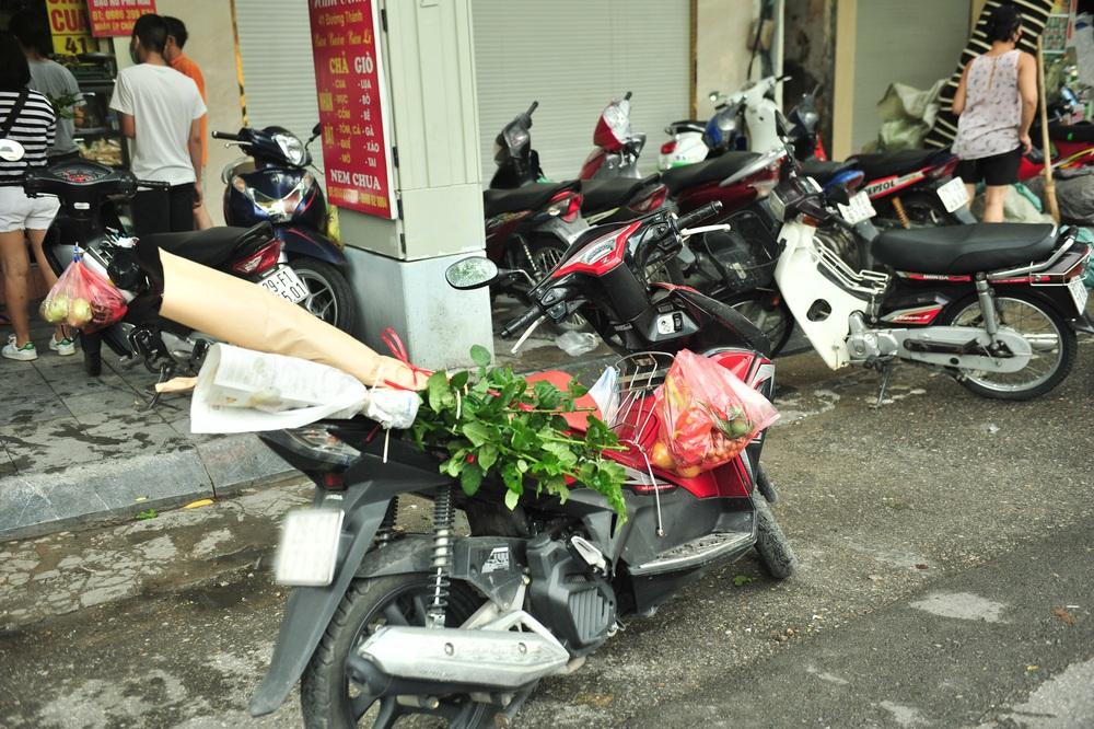 Hà Nội ngày đầu giãn cách xã hội: Đông người tập trung mua thực phẩm - Ảnh 6.