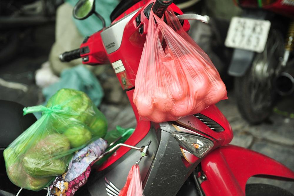 Hà Nội ngày đầu giãn cách xã hội: Đông người tập trung mua thực phẩm - Ảnh 7.