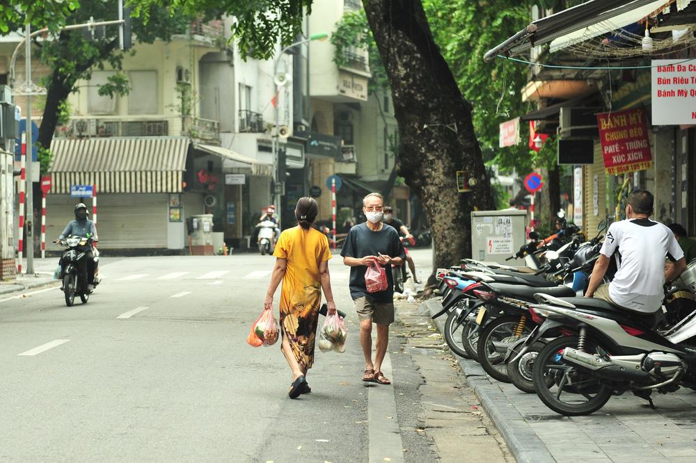 Hà Nội ngày đầu giãn cách xã hội: Đông người tập trung mua thực phẩm - Ảnh 8.