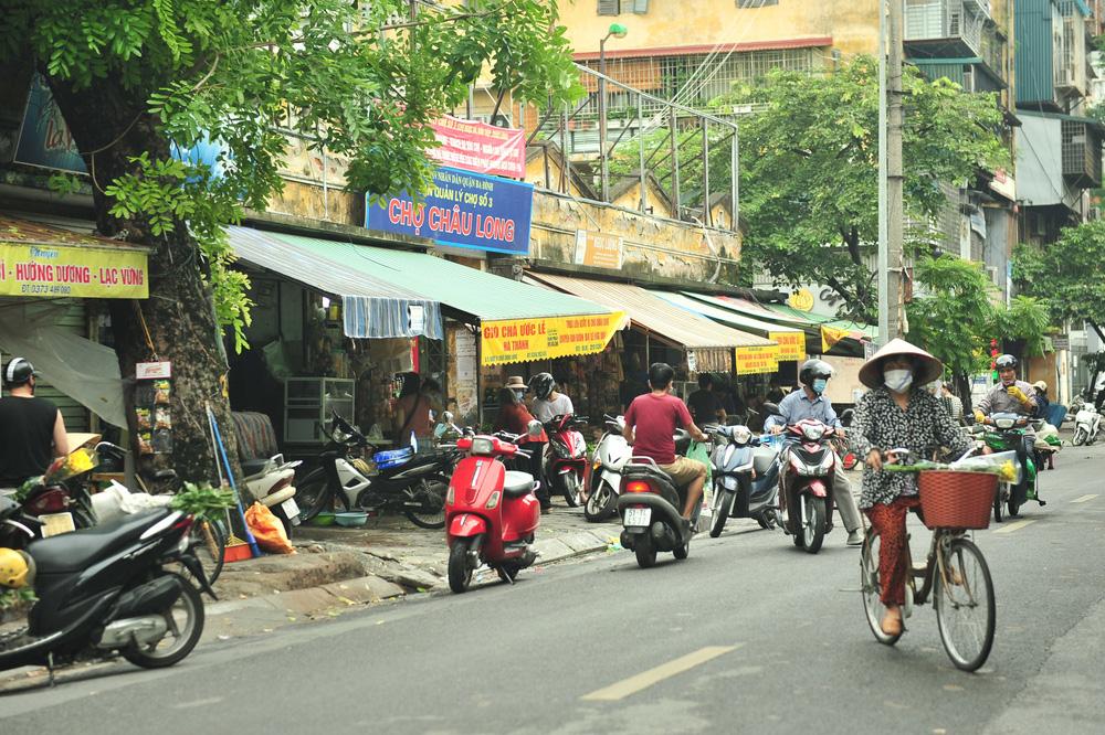 Hà Nội ngày đầu giãn cách xã hội: Đông người tập trung mua thực phẩm - Ảnh 3.