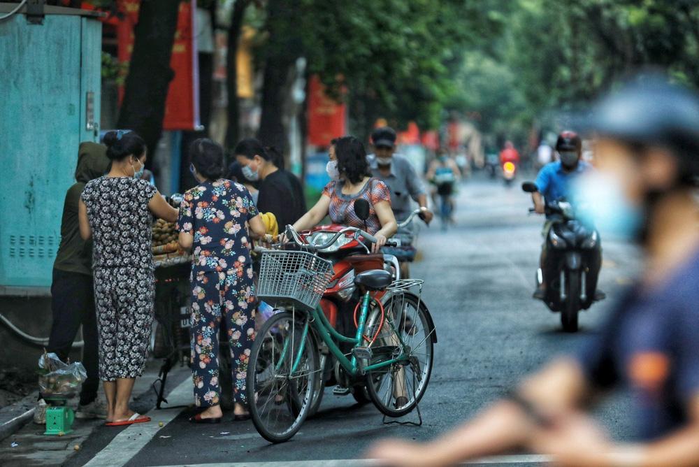 Hà Nội: Vẫn còn người dân ra đường tập thể dục bất chấp Chỉ thị giãn cách xã hội - Ảnh 5.