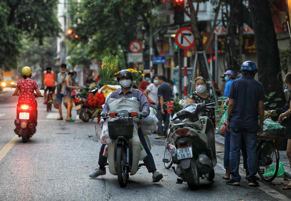 Hà Nội: Vẫn còn người dân ra đường tập thể dục bất chấp Chỉ thị giãn cách xã hội - Ảnh 9.