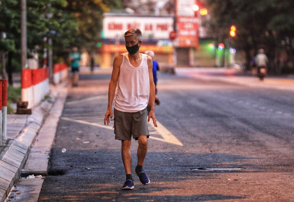 Hà Nội: Vẫn còn người dân ra đường tập thể dục bất chấp Chỉ thị giãn cách xã hội - Ảnh 2.