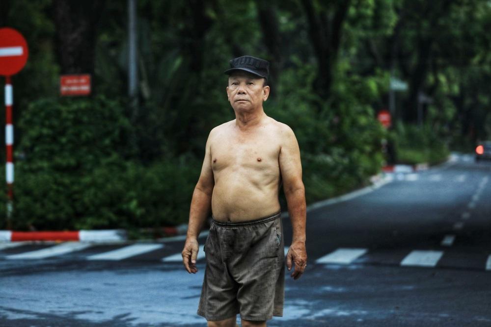 Hà Nội: Vẫn còn người dân ra đường tập thể dục bất chấp Chỉ thị giãn cách xã hội - Ảnh 3.