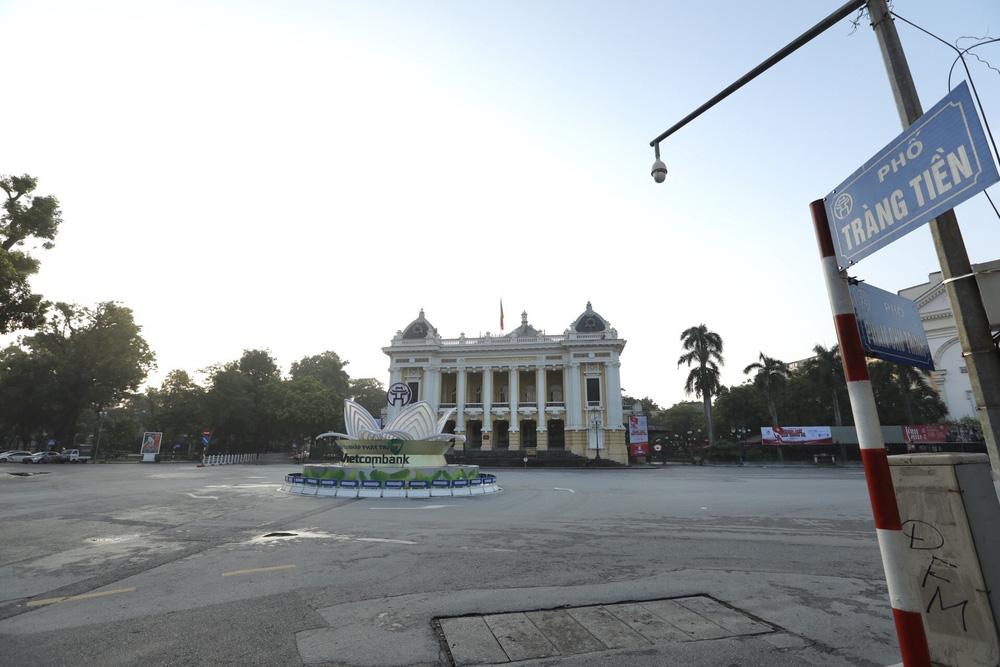 Hà Nội: Vẫn còn người dân ra đường tập thể dục bất chấp Chỉ thị giãn cách xã hội - Ảnh 18.